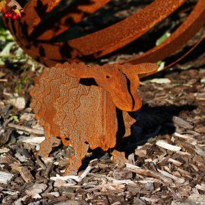 Gartenskulpturen-edelrost-schaf-garten